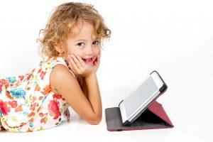 bambina con tablet
